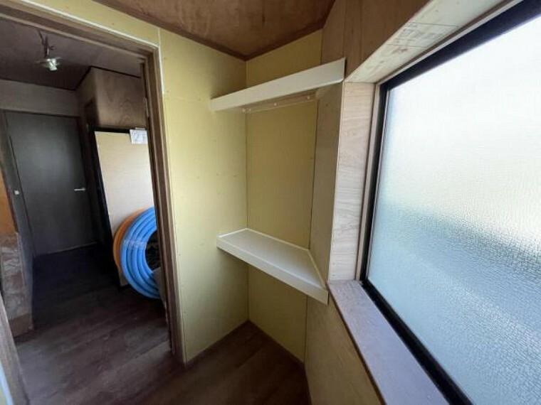 【リフォーム中】1階納戸の別アングルです。反対側同様に収納スペースが確保されており、たくさんものが収納できそうですね。