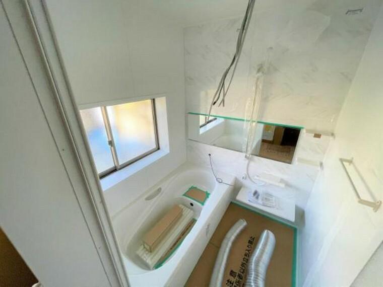 【リフォーム中4/22撮影】浴室は新品のユニットバスに交換しました。カウンターが壁から離れているので、拭き残しなく簡単にお掃除ができますよ。