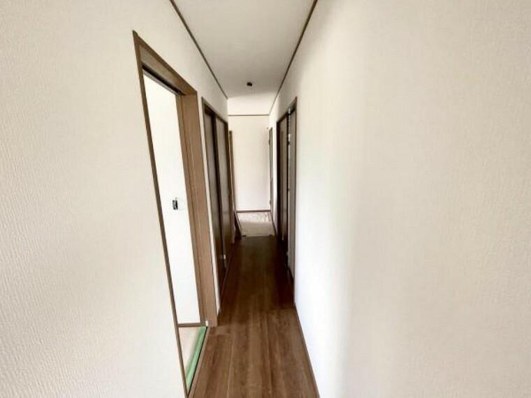 【リフォーム中5/29撮影】1階廊下です。階段側からのアングルです。それぞれの部屋に続く廊下でアクセスが便利ですね。