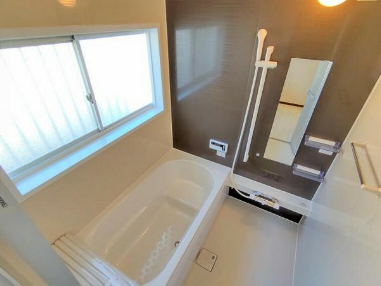 浴室 【リフォーム済】浴室はハウステック製の新品のユニットバスに交換しました。足を伸ばせる1坪サイズの広々とした浴槽で、1日の疲れをゆっくり癒すことができますよ。