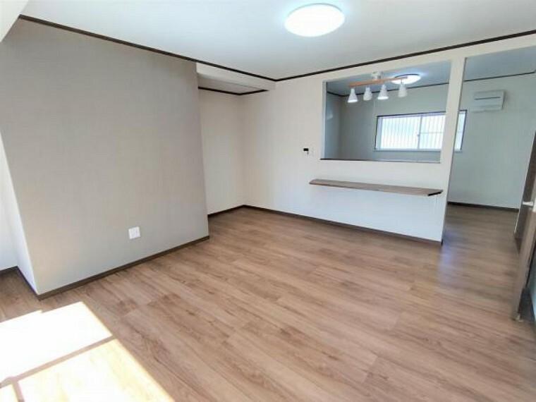 居間・リビング 【リフォーム済】間取り変更を行い和室からリビングスペースになりました。天井と壁のクロス張り替え、フローリング張り替えを行いました。一部グレー系のアクセントクロスを張ってシックな雰囲気になりましたよ。