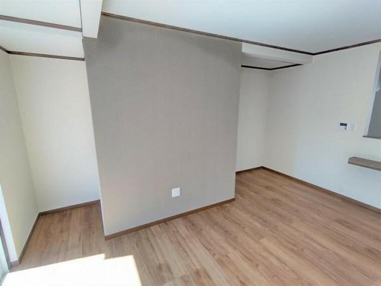 居間・リビング 【リフォーム済】リビングのテレビスペースです。床張替え・壁作成・クロス張替えを行いました。アクセントにグレーのクロスを張りシックな雰囲気に仕上がりました。