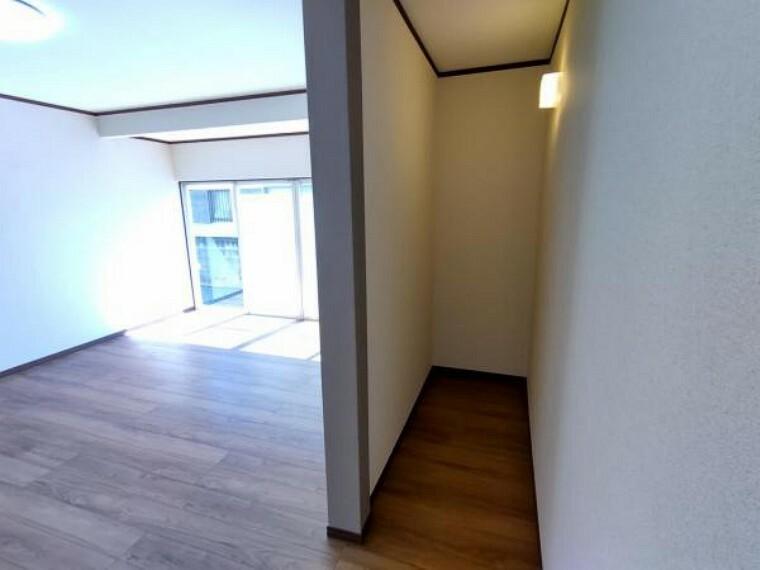 収納 【リフォーム済】テレビボード裏収納スペースの写真です。床張替え・壁作成・クロス張替え・照明交換を行いました。畳1枚分の広さの収納スペースになっているので掃除機などの大きさのものでも楽々収納できますね。