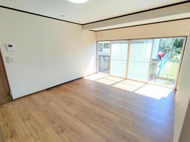 居間・リビング 【リフォーム済】リビング別角度の写真です。床張替え・建具交換・クロス張替え・照明交換を行いました。南側に面しているので、明るい陽射しが差し込む空間で、一家団らんのお時間を過ごせますよ。