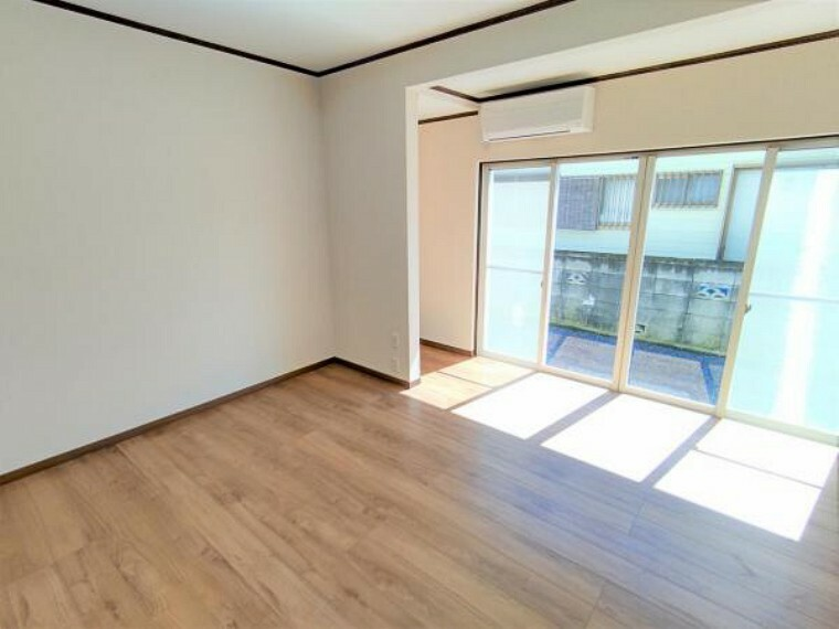 【リフォーム済】1階洋室8帖の写真です。床張替え・建具交換・クロス張替え・照明交換を行いました。明るくスッキリした空間に生まれ変わりましたよ。