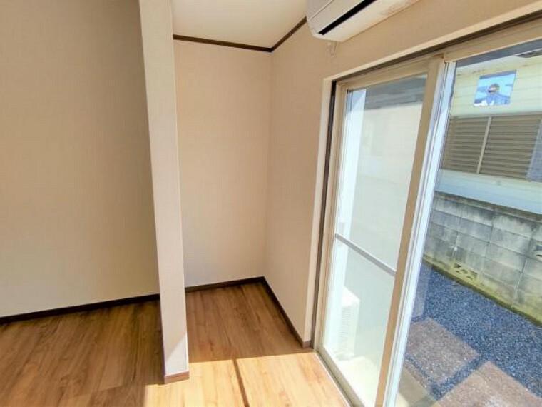 収納 【リフォーム済】1階洋室8帖収納スペースの写真です。床張替え・壁作成・クロス張替えを行いました。畳半帖分のスペースがございます。立てかけて置くもの等はこちらに収納できるので便利ですね。