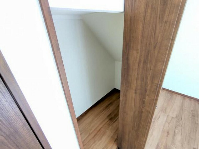 収納 【リフォーム済】1階洋室8帖階段下収納の写真です。床張替え・建具交換・クロス張替えを行いました。小物類など収納するには便利ですね。