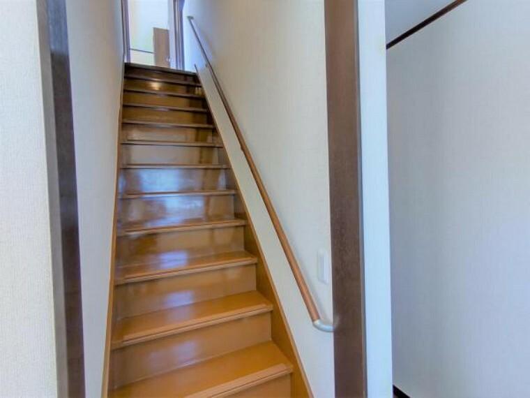 【リフォーム済】階段の写真です。床塗装・手すり設置・ノンスリップ設置・クロス張替え・照明交換を行いました。手すりとノンスリップを設置したので、幅広い年齢の方でも安心して上り下り出来ますね。