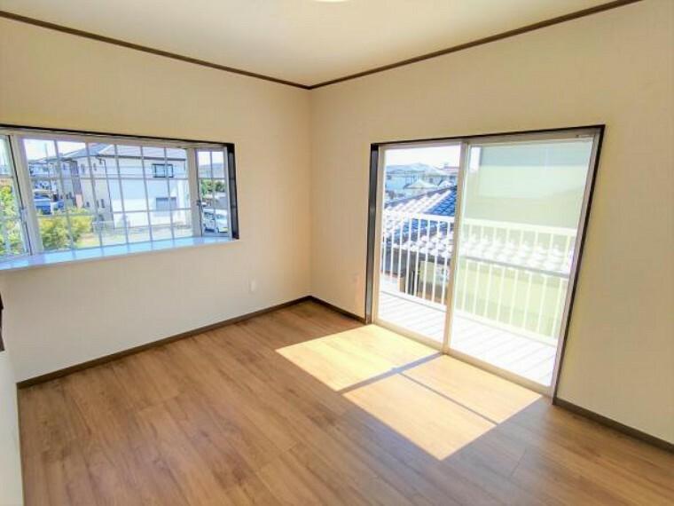 【リフォーム済】2階洋室6帖の写真です。床張替え・建具交換・クロス張替え・照明交換を行いました。2面採光面がございますので、暖かく明るい印象のお部屋ですよ。