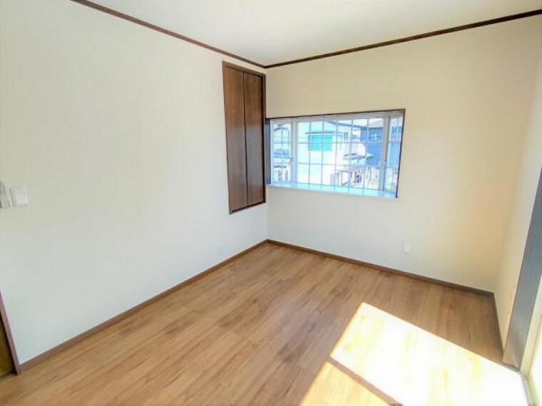 【リフォーム済】2階洋室6帖別角度の写真です。床張替え・建具交換・クロス張替え・照明交換を行いました。明るくスッキリした空間に生まれ変わりましたよ。