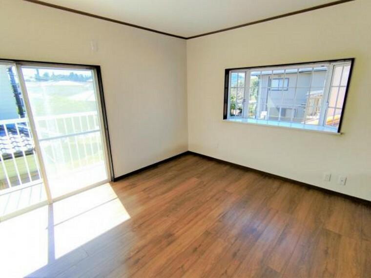 【リフォーム済】2階洋室8帖の写真です。床重ね張り・建具交換・クロス張替え・照明交換を行いました。2面採光面がございますので、暖かく明るい印象のお部屋ですよ。