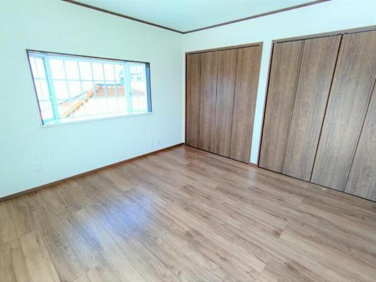 【リフォーム済】2階洋室8帖別角度の写真です。床重ね張り・建具交換・クロス張替え・照明交換を行いました。明るくスッキリした空間に生まれ変わりましたよ。
