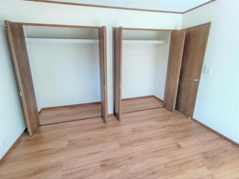 収納 【リフォーム済】2階洋室8帖クローゼットの写真です。床重ね張り・建具交換・クロス張替えを行いました。畳2畳分の収納スペースがございます。クローゼット内には枕棚が設置されております。お洋服や普段使わないものまで幅広く収納できますね。