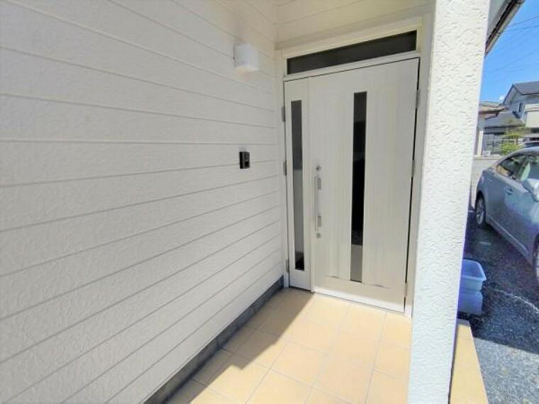 玄関 【リフォーム済】玄関扉の写真です。既存の扉は撤去し、新品の玄関扉に交換しました。お家の顔とも呼ばれる玄関扉が新しいと、毎日が新鮮な気持ちで過ごせますよ。