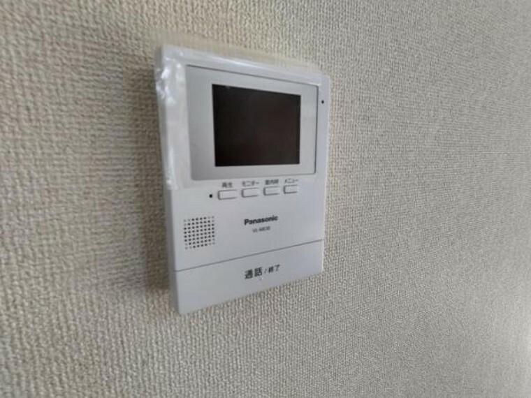 【リフォーム済】新しく設置したドアホンはカラーモニター付き。リビングに設置のモニターで玄関にいらしたお客様を確認してから応対できます。留守中の来客も記録できるので防犯面でも安心ですね。