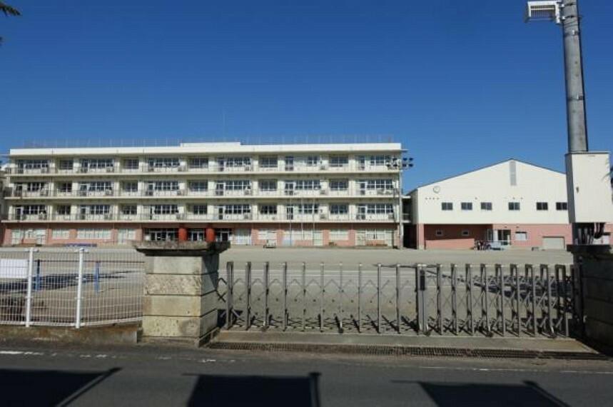 小学校 栃木中央小学校まで約1382m(徒歩約18分)。徒歩通学で体力がつきますね。