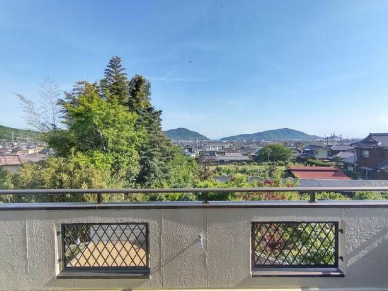 眺望 【リフォーム済】2階西側洋室の窓からの風景写真です。防府市内を見渡すことができます。ベランダに椅子を置いてくつろぐこともできますよ。