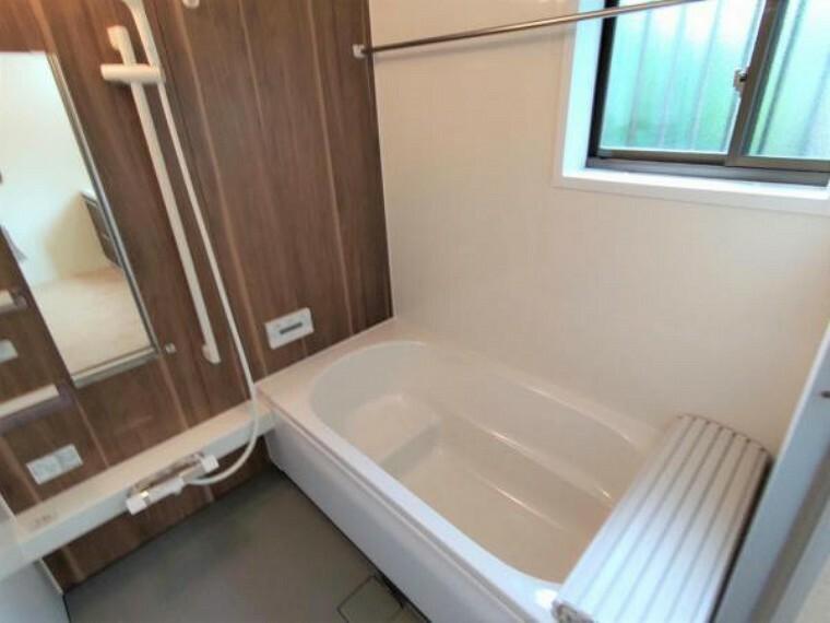 浴室 【リフォーム済】浴室乾燥機付きです。ハウステック製の1坪サイズのシステムバスに新品交換いたしました。お風呂の窓も道に面した側でないことも嬉しいポイントです。