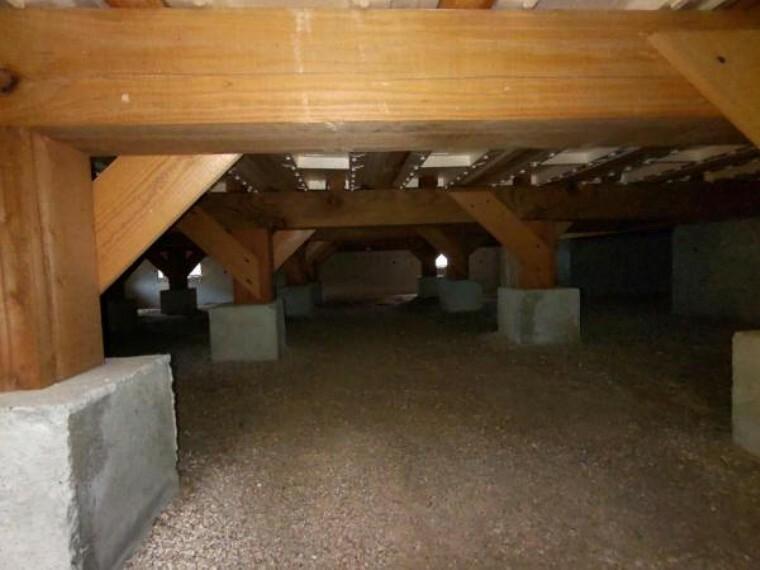 構造・工法・仕様 【リフォーム済】中古住宅の3大リスクである、雨漏り、主要構造部分の欠陥や腐食、給排水管の漏水や故障を2年間保証します。その前提で床下まで確認の上でリフォームし、シロアリの被害調査と防除工事もおこないました