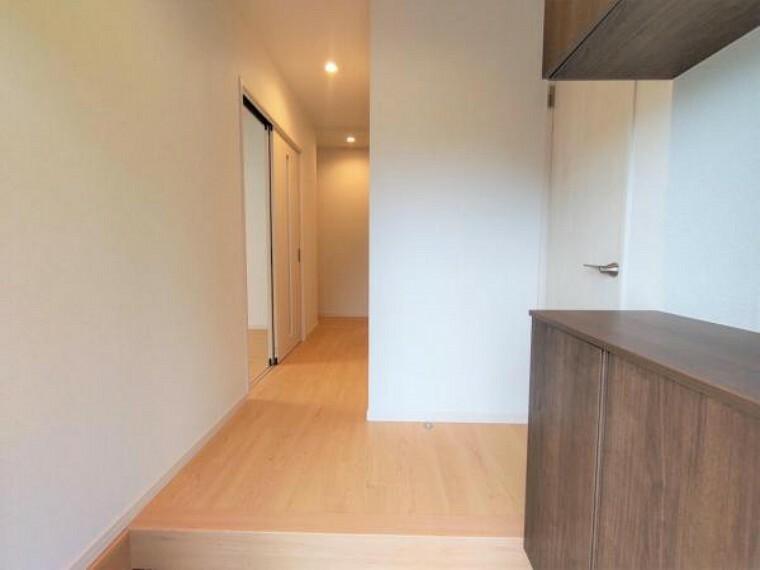 玄関 【リフォーム済】玄関ホールの写真です。シューズボックスは新しいものへ交換し、荷物はなるべく収納していただいてスッキリとした印象の玄関が実現可能です。