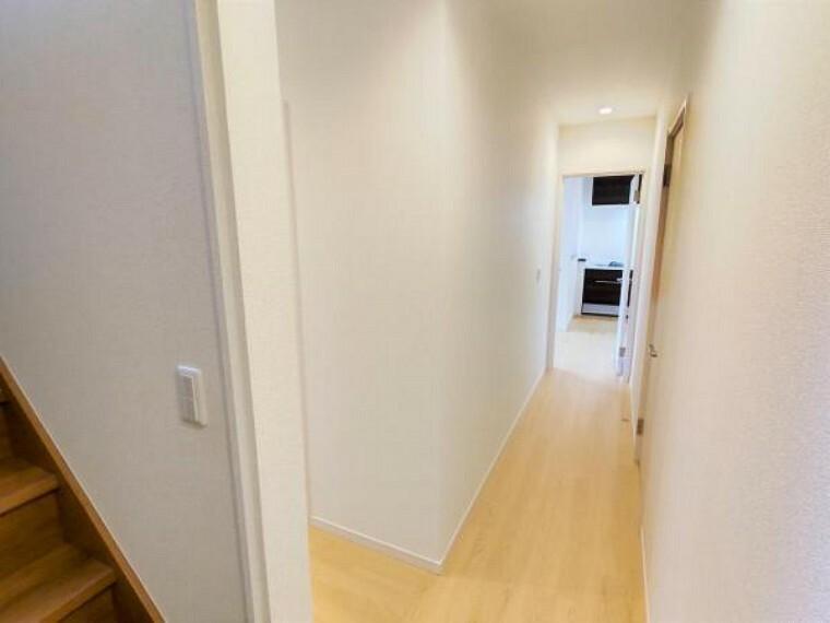 【リフォーム済】1階の廊下の写真です。床は明るめな木材の色のフロアタイルを張っています。廊下の照明はダウンライトにする予定です。
