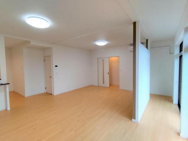 居間・リビング 【リフォーム済】リビング南西の端から撮影した写真です。このリビングはキッチンのスペースも含むと、和室2部屋と洋室1部屋を一つの大きなリビングに変えたお部屋です。