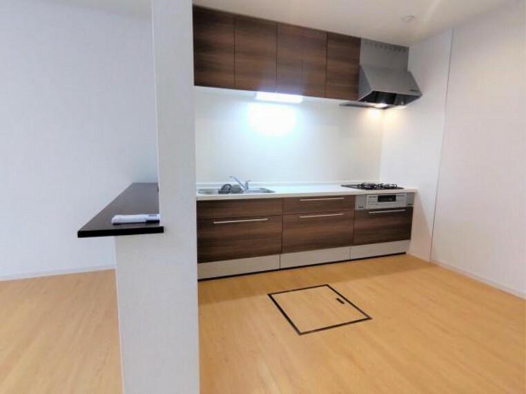 キッチン 【リフォーム済】キッチンスペースです。横にカウンターのスペースがあります。できたお料理をテーブルに運んでもらう前の『仮置き』の場所としても活躍しそうですね。