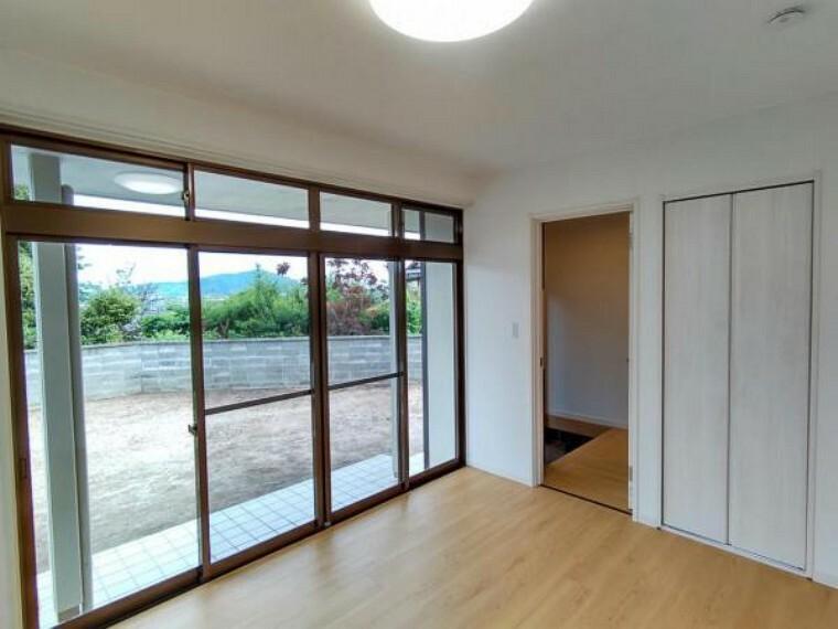 【リフォーム済】1階南側洋室の写真です。北側のお部屋との間に壁を新設し、独立した居室へとリフォームしました。1階に2つもお部屋があるのはこのお家のおすすめポイントです。
