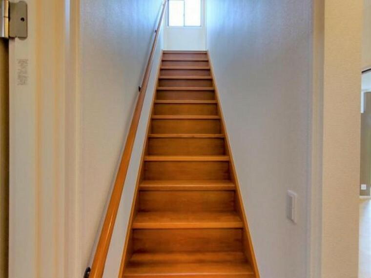 【リフォーム済】2階へと続く階段の写真です。壁クロス、天井は張り替えております。2階に窓がついているので自然光により明るい階段になります。
