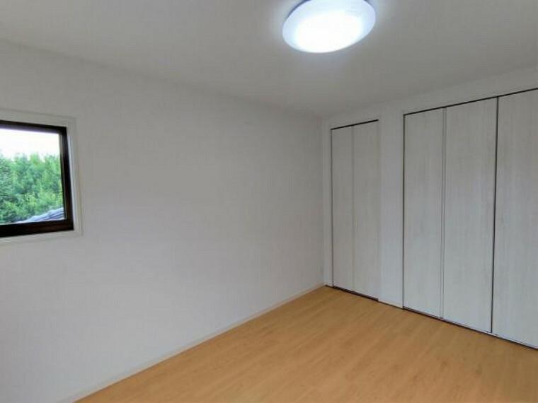 【リフォーム済】2階西側洋室の写真です。間取りは変えず、床、壁クロス、天井を新しく張替、収納の建具も新しいものへ交換しております。収納スペースは十分ですのでお部屋をすっきりとした印象にすることが可能です。