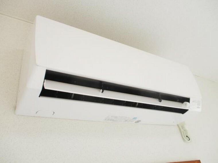 冷暖房・空調設備 【同仕様写真】富士通さんのエアコンをリビングにつけたままでお渡しできます。お引渡し前に各お部屋に装着してお渡しできるプランもございます。お気軽にお尋ねくださいませ。