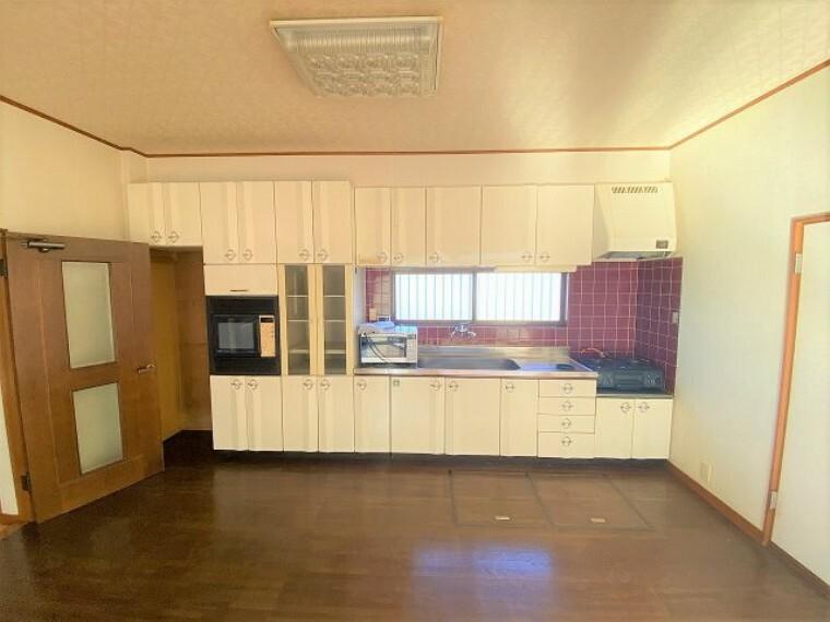 キッチン キッチンには収納スペースが豊富なので、調理器具や食器もスッキリ片付きますね