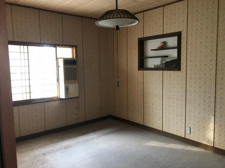 洋室です。日差しもたくさん入りますよ!飾り棚もついているので飾りたいものをすぐ飾れます!