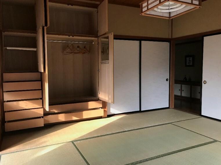 和室です。備え付けのタンスもあるので収納も楽々。新たに収納品を買う必要もないですよ!