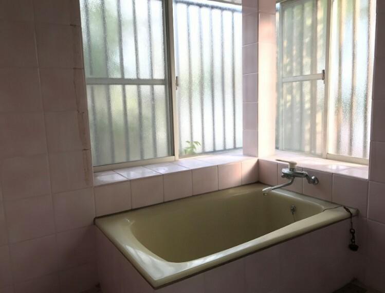 浴室です。二ヶ所窓がありますので明るいですね。換気にもいいですね。