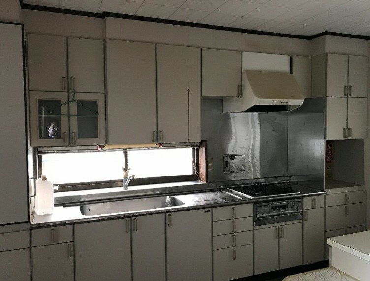 キッチンです。白くて清潔感があります。そして広く使えるのでいいですね!