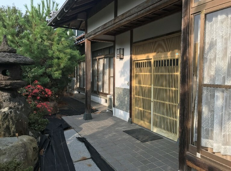 玄関です。純和風の玄関です。戸が大きいので大きい荷物なども運び入れることが容易ですね。