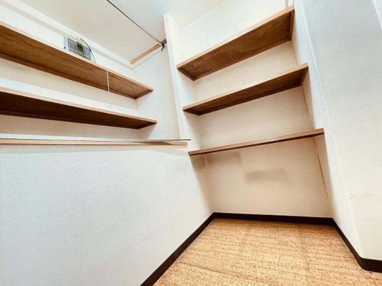 収納 リビングの収納内部です。棚部分がたくさんあるので、パントリーのように使いたいですね。