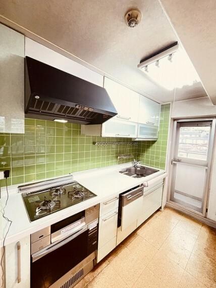 キッチン ご家族で並んで調理のできる広さのあるキッチンです。東南側のバルコニーに出られる勝手口がついています。