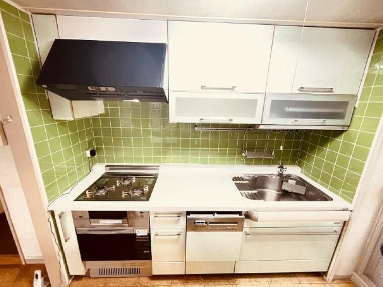 キッチン ガスオーブンのついたまるでプロ仕様のキッチンです。台に乗らなくても出し入れのしやすい吊戸棚もついています。