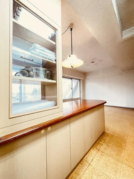 キッチン 広さのあるキッチンカウンター。収納もできます。食器棚を用意する必要はなさそうですね。