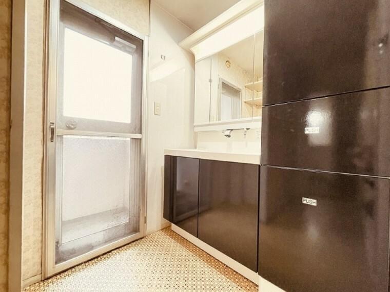 洗面化粧台 広さのある3面鏡タイプの洗面台です。明るくすっきりとした快適なスペースで身支度もはかどります。
