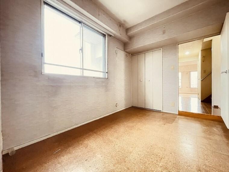 洋室 お子様の成長にも欠かせない陽射しがお部屋の隅々にまで差し込みます。収納もあり、子供部屋にもいいですね。