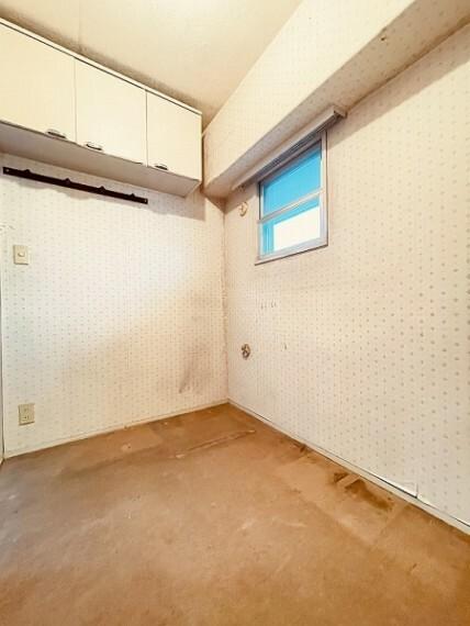 小窓がついており、換気にも役立ちます。書斎やテレワーク用のスペースとして使ってもいいですね。