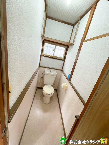 トイレ 1階トイレです。壁には収納スペースがあり、トイレットペーパーや芳香剤などを置くのに便利ですね(2021年5月撮影)