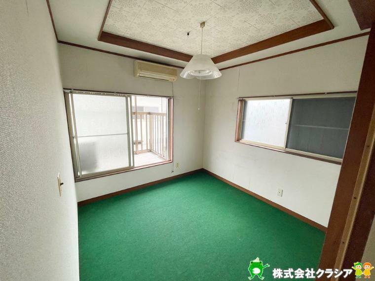 洋室 2階の4.5帖の洋室です。プライベートなお部屋でゆっくりと過ごしたいですね。陽光がお部屋をリラックスできる空間にしてくれます(2021年5月撮影)