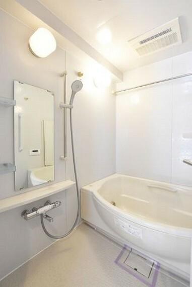 浴室 【浴室】浴室換気乾燥暖房機付きで、ジメジメした季節や雨の日には、浴室内干しも可能です!