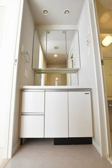 洗面化粧台 【洗面室】朝、歯磨きをしたりメイクや髪をセットしたり使いやすさが考えられた3面鏡です。