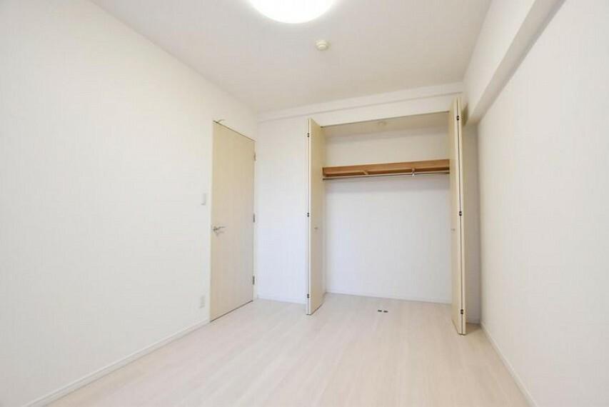 洋室 【洋室】クローゼットがついているので、思いでの品や趣味の品などなどそれぞれの部屋で楽しめます