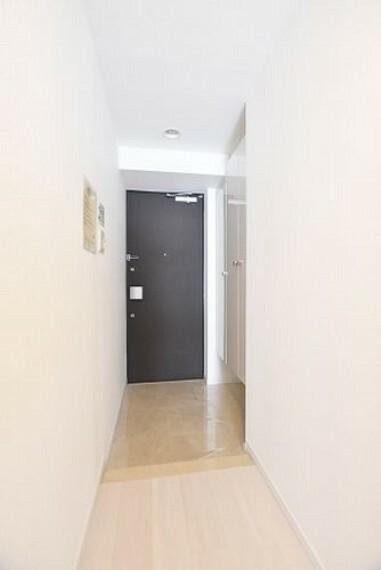 玄関 【玄関】明るく広々とした玄関は開放感があり温かみを感じさせてくれます。